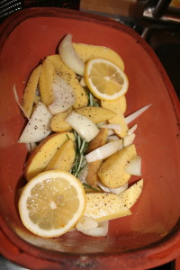 Anordnung Zitronen, Kartoffeln, Zwiebeln