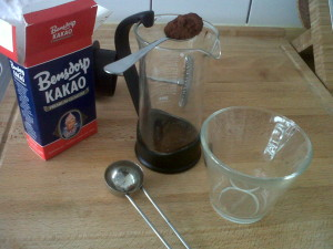 Kakaopulver in den Kaffee geben