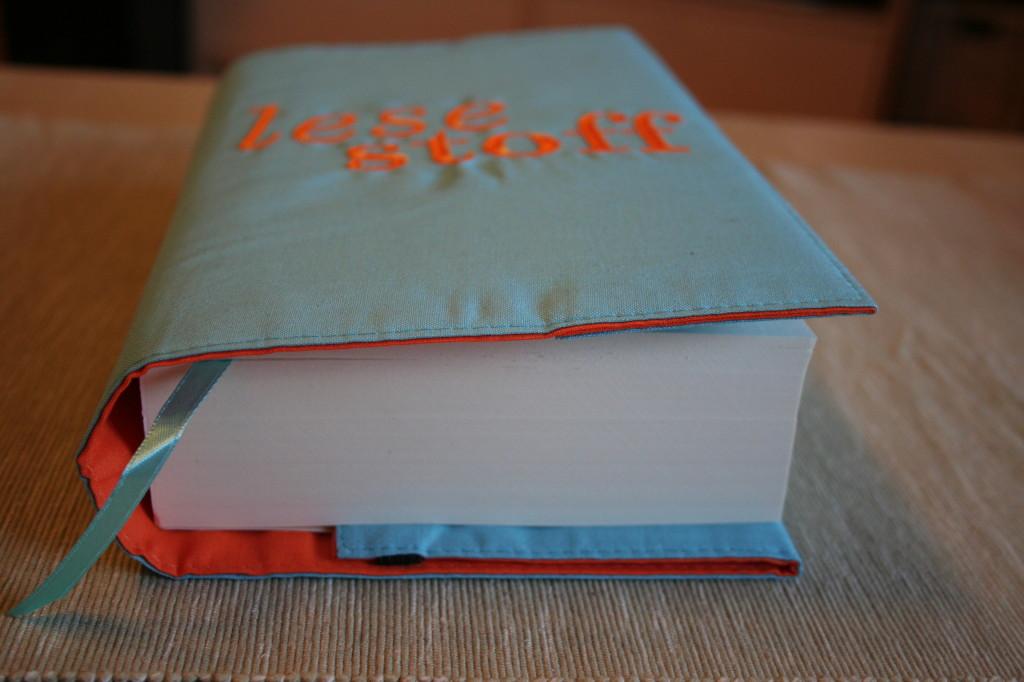 Eingewickeltes Buch mit Leseband
