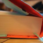 Variable Lasche für den hinteren Buchdeckel inklusive Gummizug