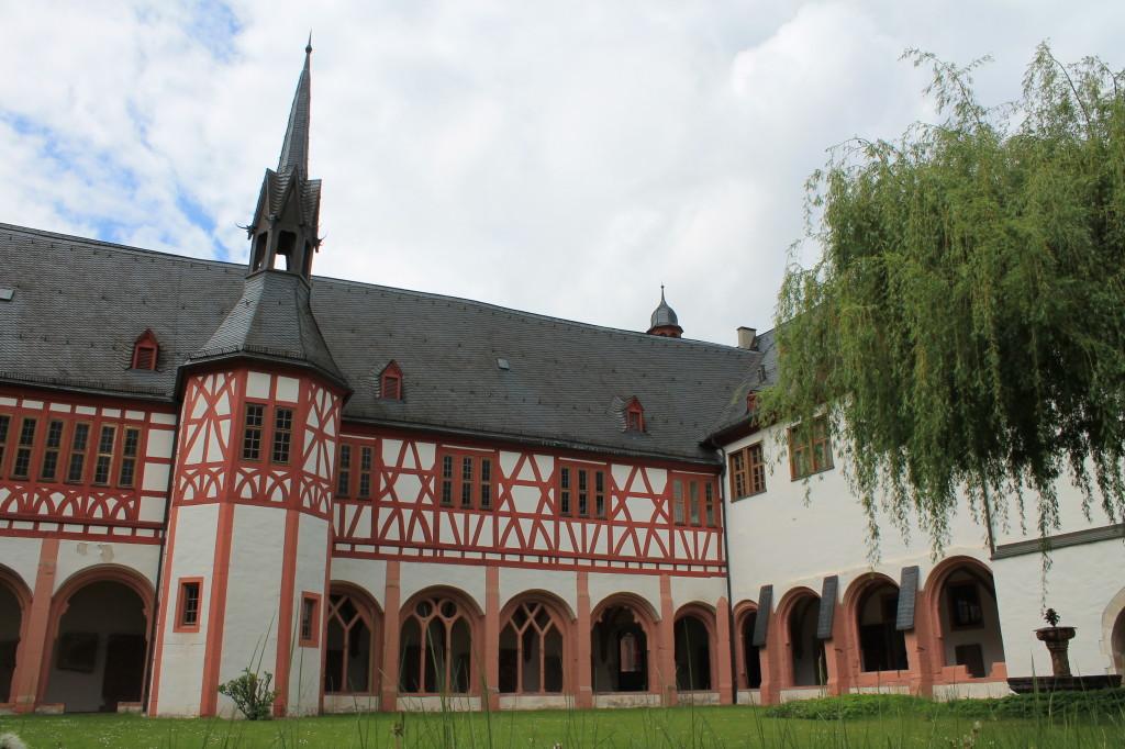 Blick in den Kreuzgang des Klosters Eberbach