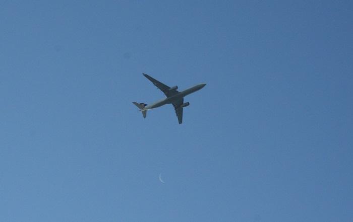 Flugzeug mit Mondsichel
