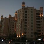 Am Fuße der Jumeirah-Palme stehen einige Wohnapartmenthäuser. Laut ausliegender Zeitung kostet ein einfaches 1-Zimmer-Apartment ab 90.000 Dirham zur Miete. Das sind rund 18.000 Euro. Die Monatsmiete liegt somit bei 1.500 Euro. Also herrschen in München und Hamburg fast Verhältnisse wie in Dubai ;)