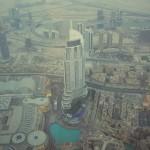 Zur Dubai Mall gehört auch noch ein riesiger Springbrunnen. Abends gibt's dann eine Lichtshow mit Wasserfontänen und Musik.