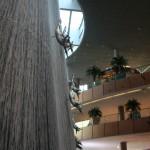 Ich habe keine Ahnung, was  die Klippenspringer mit Dubai zu tun haben, aber den Brunnen mag ich mehr als den in unserer Hotellobby.