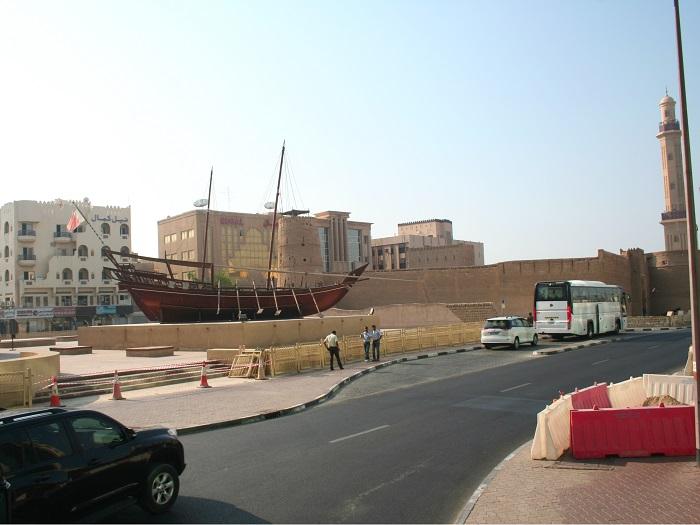 Diese Dau ist ein klassisches Holzschiff, wie es die Fischer und Perlentaucher damals auf dem Creek und im Persischen Golf wohl nutzten. Es steht neben dem Dubai Museum.