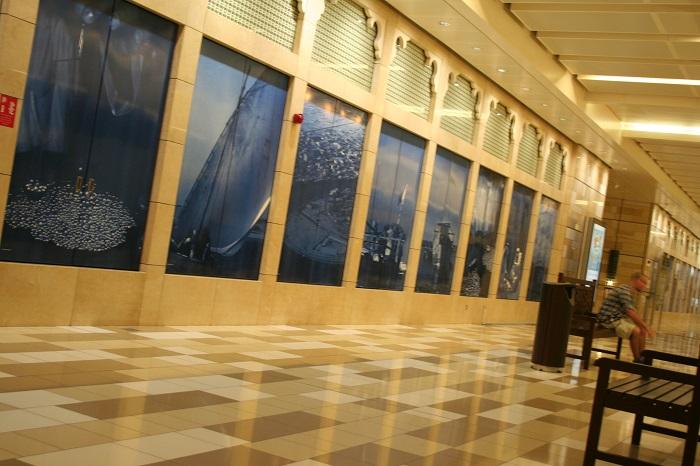 Während des Wartens auf den Zug muss man nicht auf die Glasscheiben starren, sondern kann ganz entspannt sitzen und Bilder aus Dubai ansehen.