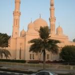 Die Jumeirah Moschee ist wohl die größte und schönste Moscheen. Schön ist sie, aber auch die vielen kleinen Moscheen müssen sich beim besten Willen nicht verstecken. Aufgepasst: Die Jumeirah Moschee dürfen auch Nicht-Gläubige teilweise betreten.