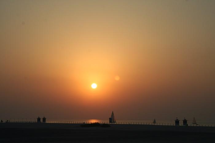 Im Sonnenuntergang wirken die Strände und ihre Besuche