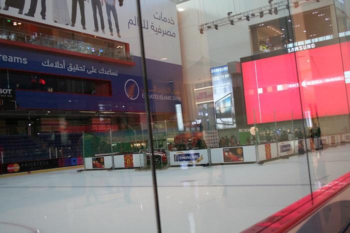 Als wir dort ankamen, ging gerade eine Veranstaltung zu Ende. Mir wäre aber eh nicht nach einer Runde Schlittschuhlaufen gewesen. Die Läden lockten mehr.