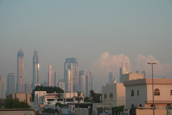 Auch in Dubai gibt es Wolken. Im Vordergrund sind Einfamilienhäuser zu sehen.