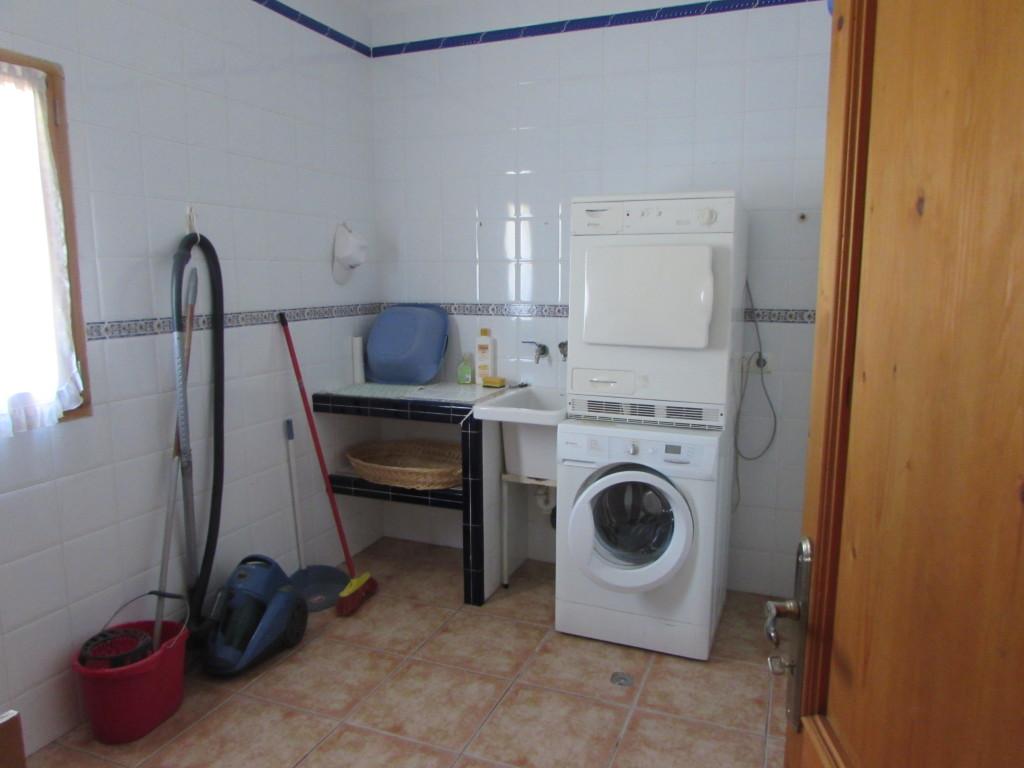 Hauswirtschaftsraum mit Waschmaschine und Trockner.
