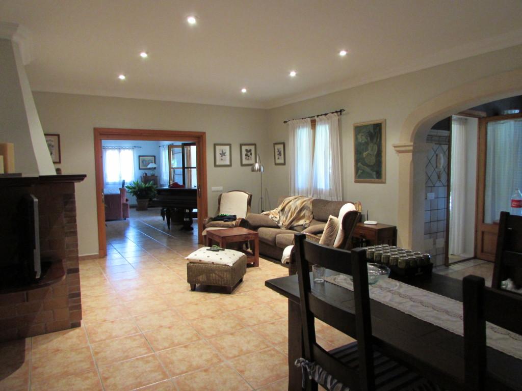 Das Wohnzimmer mit riesigem Kamin und Esstisch.