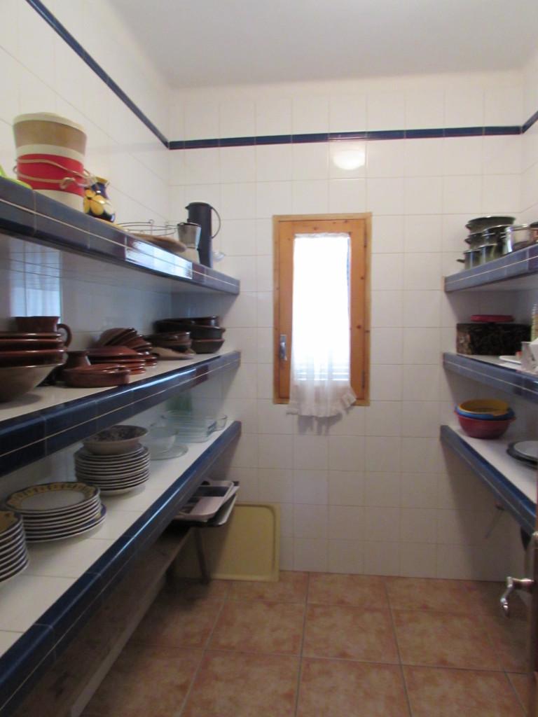 Vorratskammer mit viel Platz für die Einkäufe und Küchenutensilien.