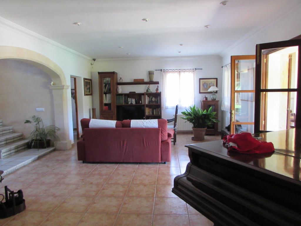 Der zweite Teil des Wohnzimmers hatte noch eine Fernsehecke und einen Flügel zu bieten.