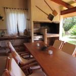 Die eine Seite der Terrasse bot eine Feuerstelle und einen Gasgrill sowie einen riesigen Esstisch.