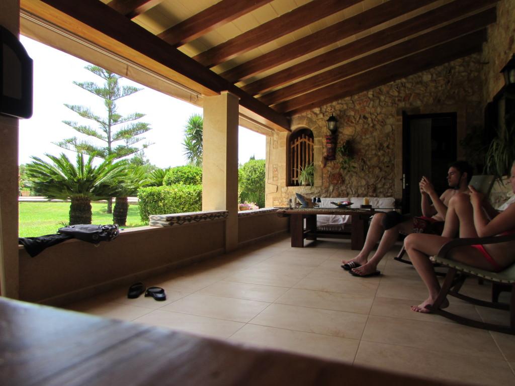 Die andere Seite der Terrasse war eher zum entspannen und relaxen auf Rattanmöbeln und Schaukelstühlen.