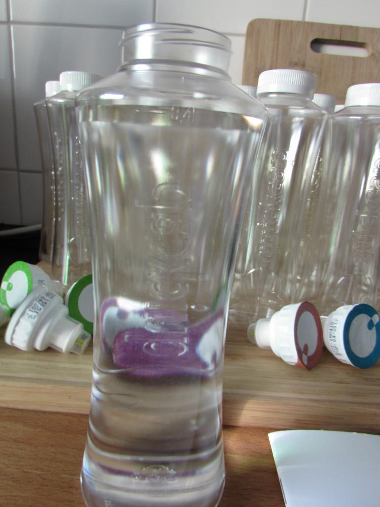 1. Die Flasche bis zur Markierung mit 400ml stillem Wasser füllen.